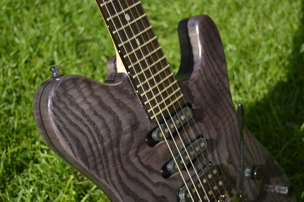 ross-liuteria-milano-chitarra-elettrica-telecaster-artigianale-bad-moon-frassino-semihollow-satinata-tremolo-hss-acero-ebano-custom-guitar